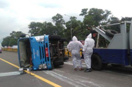 Mobil Pembawa Pasien Covid-19 Terguling di Tol Jagorawi, Polisi: Sopir Lalai