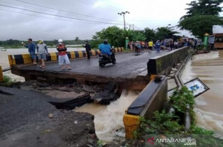 Jembatan Runtuh Diterjang Banjir, Jalur Trans Kalimantan Putus