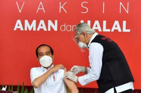 Jokowi Disuntik Vaksin COVID-19, Penyuntik Gemetaran